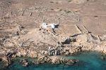 Αεροφωτογραφία του εγκαταλελειμμένου οικισμού της Υπαπαντής στη νησίδα Αρμάθια της Κάσου. Σώζεται μόνο το εκκλησάκι της Υπαπαντής.