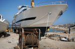 Παροπλισμένος... εργάτης, ανήμπορος να βοηθήσει στην καθέλκυση σκάφους αυτού του μεγέθους...