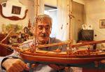 Ο καπετάν Κώστας Βιντιάδης, επιδεικνύει φανερά συγκινημένος, μια από τις εκπληκτικές μινιατούρες του.