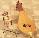 Μικροσκοπική πλεκτή καρέκλα με λύρα και δοξάρι.